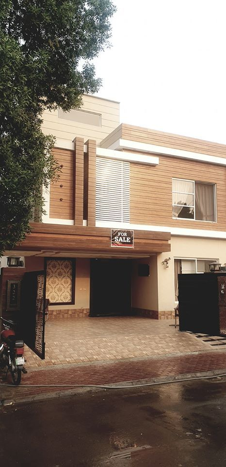 10 Marla Superb Bungalow for sale in Bahria town Lahore